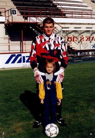 Nikol Švantnerová svým otcem, bývalým fotbalovým brankářem a dnes trenérem Pavolem Švantnerem.