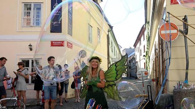 Živá muzika, divadlo pro děti, nejrůznější workshopy a obchodníci nabízející zboží před svými krámky. Tak to ve čtvrtek vypadalo v českobudějovické Plachého ulici v historickém centru města.