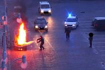 Požár auta zaměstnal strážníky.