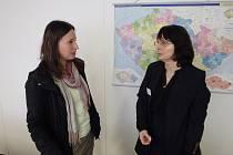 Jana Spiessová (vpravo) z odboru azylové a migrační politiky hovoří s vedoucí Poradny pro cizince a migranty Diecézní charity České Budějovice Ivetou Mikulenkovou.