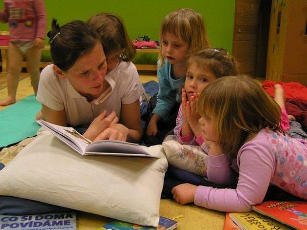 Noční drahotěšení je březnová akce, při které maminky s dětmi přespí v prostorách centra.