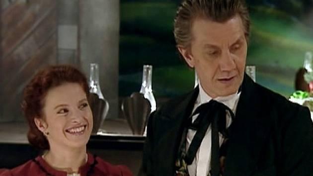 Záběr ze seriálu Stříbrná paruka. Představitelé hlavních rolí Petra Jungmannová a Boris Rösner.