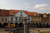 Trhové Sviny, kašna a historická radnice.