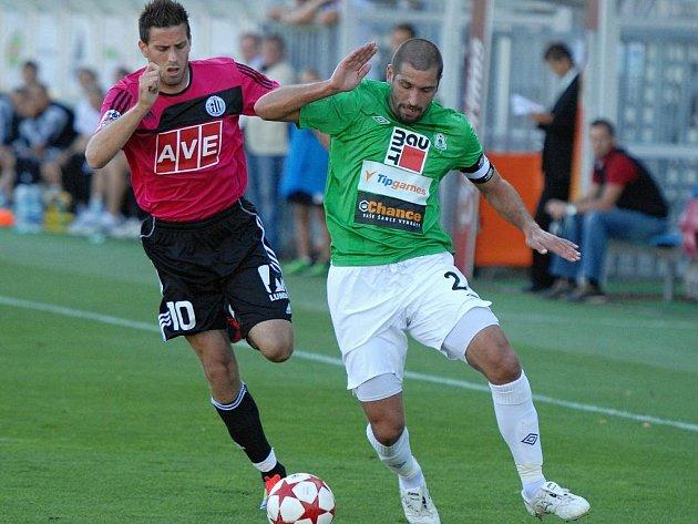 Michal Klesa v minulém domácím zápase Dynama s Jabloncem bojuje s jabloneckým Pavlíkem.
