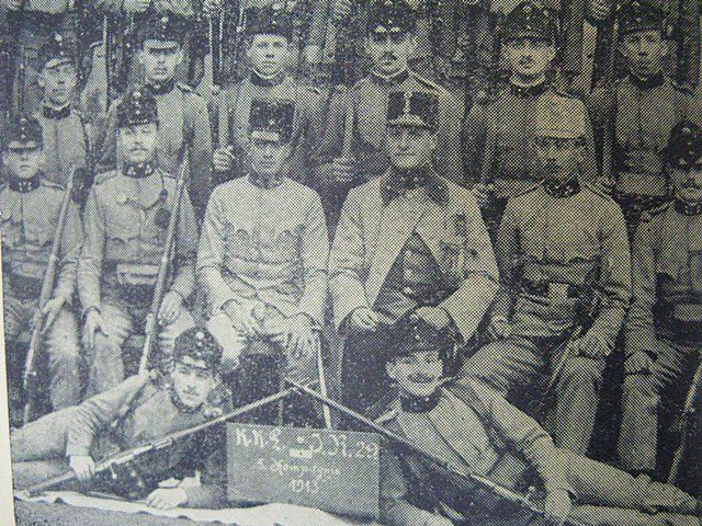 Vojáci v Českých Budějovicích na skupinové fotografii pravděpodobně ještě v roce 1914 netušili, že válka neskončí tak rychle jak si všichni přáli.