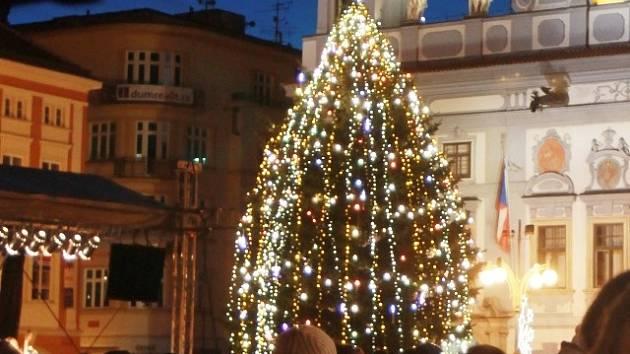 Vánoční strom na českobudějovickém náměstí v roce 2013.