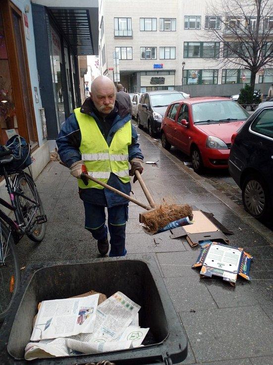 """V Kanovnické ulici v Budějovicích likvidoval poházené odpadky a papírové bedny Milan Švec, pracovník úklidových služeb FCC. """"Pracuju od šesti, dneska toho bude fůra,"""" povzdychl si v pondělí před devátou."""