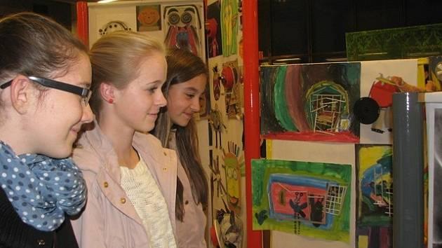 Šest set dětí z Českých Budějovic a okolí popustilo uzdu svojí fantazii a dalo novou tvář odpadním materiálům. Výstava RECYKLART –  Jak se tváří odpad je do 21. listopadu k vidění v druhém patře Domu kultury Metropol v Českých Budějovicích.