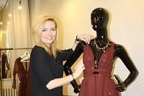 Plesové šaty, ale třeba i kostýmky pro podnikatelky navrhuje ve svém ateliéru Monika Zahradníková.