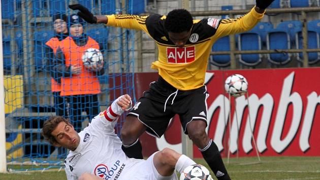 Stoper Simon Deli v zápase Dynama na Slovácku zastavuje domácího Libora Doška.
