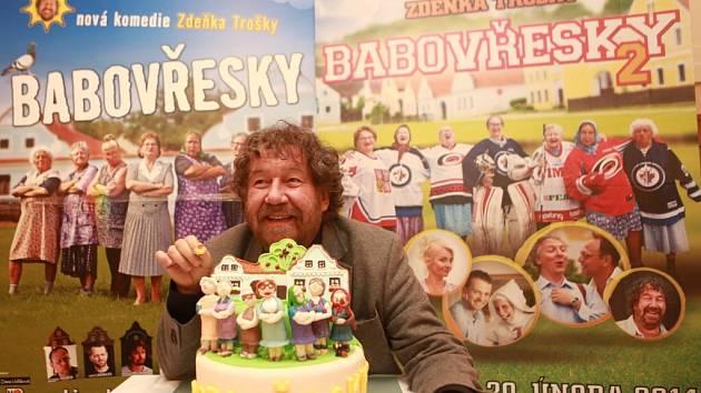 Do kin přijde 20. února komedie Babovřesky 2, kterou Zdeněk Troška natáčel loni v jižních Čechách, stejně jako první díl. Na snímku režisér 6. února při předpremiéře v Týně nad Vltavou, kde ho vítali dortem.