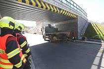 Pod boršovským viaduktem neprojelo nákladní auto, které vezlo menší bagr. Ten po nárazu do viaduktu spadl.