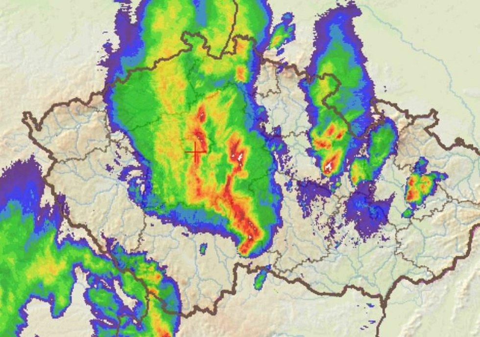 Situace v 19.30, z jihu se blíží další pásmo bouřek.