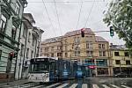 Budějovická ulice Na Sadech byla ve čtvrtek po půl šesté už průjezdná, dopravu ale stále komplikovaly nepojízdné trolejbusy.