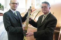 Pan Josef Tolar (vpravo) předává svému nástupci Adamu Brožovi historické žezlo budvarských sládků. Jedná se o historický várenský teploměr, který se používal pro měření teploty ve varných nádobách při rmutování.