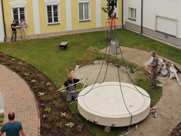 Zbrusu nová fontána uvnitř areálu bude symbolizovat koloběh vody.