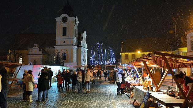 Adventní čas v Týně nad Vltavou zpříjemní trhy.