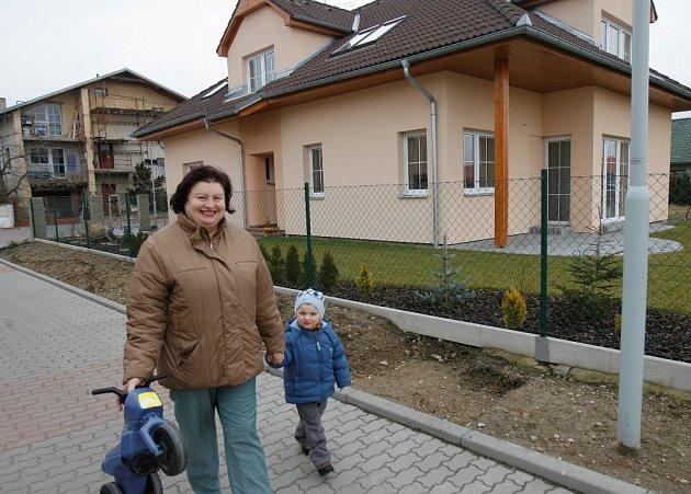 Lokalita Děkanských polí na konci Rožnova už se v posledních letech rozrostla o stovku nových domů. Ty totiž dostaly výjimku z ochranného pásma letiště. Se svým tříletým vnoučkem Štěpánem Motzem se tu prochází Marie Mizerová.