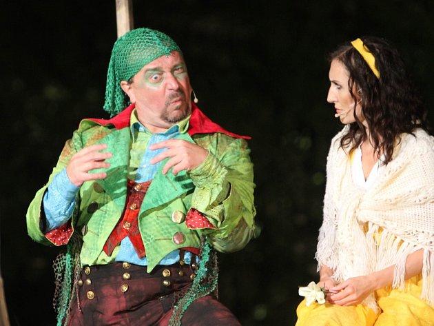 Nejlepší výkon při premiéře muzikálu Divotvroný hrnec před otáčivým hledištěm v Krumlově podal Martin Hruška jako Čochtan (na snímku s Radkou Fišarovou).