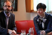 Vrchní státní zástupkyně Lenka Bradáčová byla hostem táborské besedy Právníci v ulici. Na snímku s moderátorem Vítem Dohnalem.