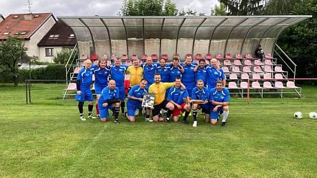 Fotbalisté SK Mladé, kteří se v roce 2005 mistry okresu, po patnácti letech opět na hřišti v Mladém.
