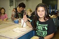 Keramika i kreslení, to jsou činnosti, kterým se nyní může Monika Baková věnovat naplno. Díky příspěvku z Kabelkového veletrhu totiž dostala nové výtvarné potřeby a zároveň může dojíždět na kroužek keramiky.