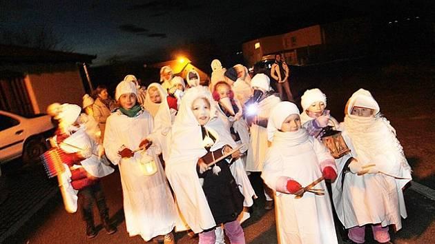 Průvod lucek prošel v pátek večer Boršovem nad Vltavou.