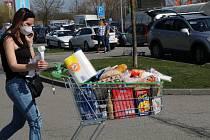 V pátek je kvůli svátku zavřeno, tak se nakupovalo ve velkém na Zelený čtvrtek. Na snímku je situace u českobudějovického Globusu.