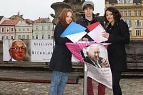 Studenti Barbora Stejskalová, Tim Kutil a Karin Paštiková sbírají podpisy pod petici.