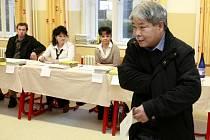 Prezidentské volby 2013. 55 letý prvovolič Antonín Chu.