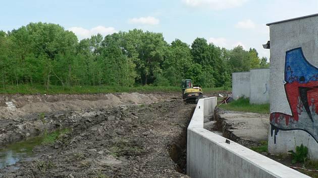 První zdi v rámci protipovodňových opatření na Dobrovodské stoce už jsou hotové.
