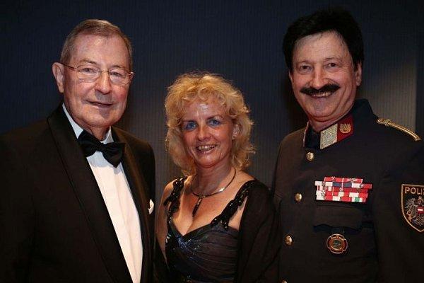 Honorární konzul Scharinger (vlevo) na plese.