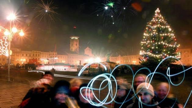 Na českobudějovické náměstí si přinesly vlastní petardy a rachejtle desítky lidí.