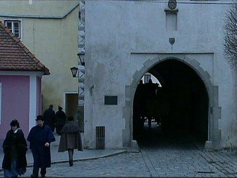 Záběr ze seriálu Stříbrná paruka. Novohradská brána v Třeboni.