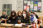 Gymnaziální studenti měli v pátek povinně  nasazené roušky i při hodině.
