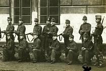 Křížek na fotografii označuje Ludvíka Veselku z Českých Budějovic. Ve válce padl podle dostupných dokumentů už v roce 1915, zemřel na Balkáně.