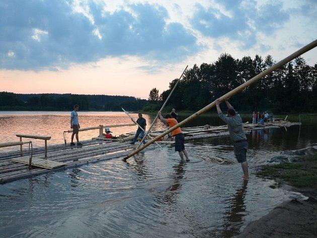 Návštěvníci Frymburkfestu budou mít možnost plout na voru po Lipně v okolí Frymburku.