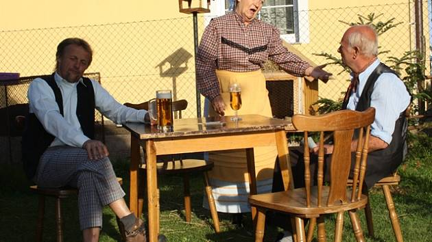 Ochotníci v Úsilném zkouší hru Poslední nevěsta. Ta pojednává o změně původního názvu obce Voselno.