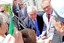 V Táboře se Miloš Zeman zájemcům i podepsal.