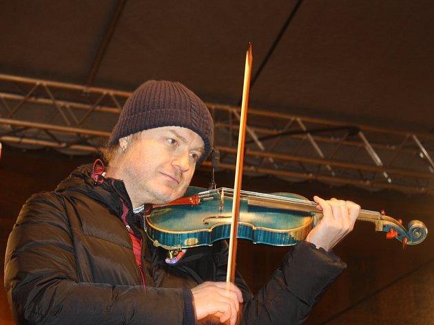 Vánoční strom na českobudějovickém náměstí Přemysla Otakara II. byl slavnostně rozsvícen vsobotu 28.listopadu. Vrámci programu vystoupil také houslista Pavel Šporcl.