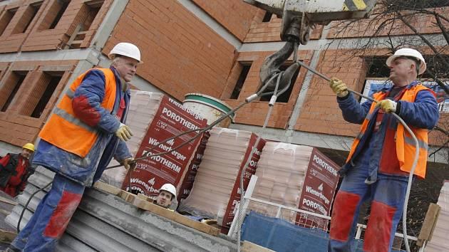 V jihočeské metropoli postavily developerské firmy v posledních letech velké množství nových bytů a v současné době převyšuje nabídka poptávku zájemců o koupi. I to je jedním z důvodů pro pokles ceny.