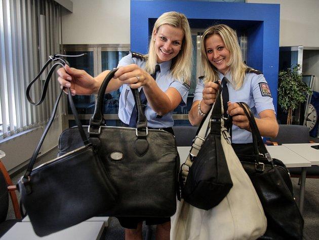 Nevyužívané kabelky pro letošní Kabelkový  veletrh Denku věnovaly policejní tisková mluvčí Štěpánka Uhlířová (na snímku vpravo) a její kolegyně Lenka Krausová.