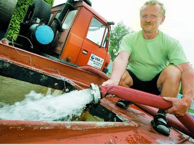 VODA NAD ZLATO. Nedostatek pitné vody řeší společnost Vodovody a kanalizace Jižní Čechy jejím dovážením v cisternách.