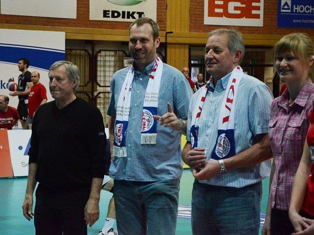 DEKORACE. Po skončení minulé sezony přebírali trenéři Milan Šimonek (druhý zleva) a Josef Lundák (druhý zprava) se svými svěřenkyněmi stříbrné medaile. Úspěch by si rádi zopakovali.