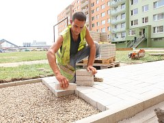 Mezi nejžádanější letní profese patří i dělníci ve stavebních firmách. Ilustrační foto.