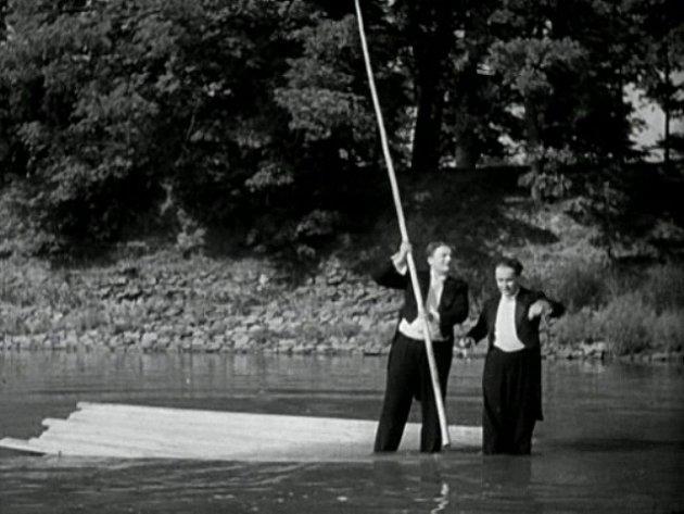 S bidlem manipuluje Jan Werich, ale nepočíná si příliš šikovně. Vor se začíná potápět.