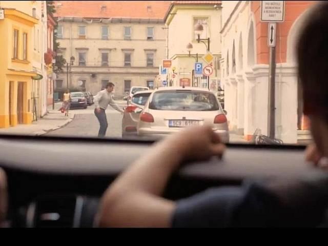 Ondřej Vetchý (otec) nasedá do auta v České ulici, v pozadí jsou vidět kasárna. V České bydlela Tomášova rodina.