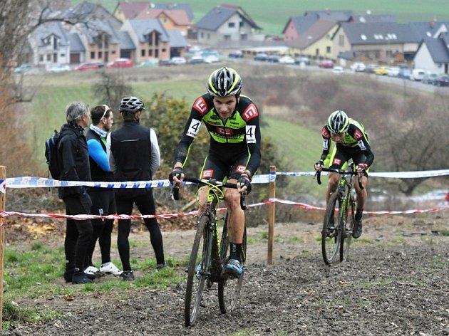 V POPŘEDÍ. V pátém závodě Toi Toi cupu pomáhal Jakub Skála (vepředu) svému nerozlučnému kamarádovi Michaelu Borošovi (jede za ním). Nakonec se museli oba sklonit před vítězným Vojtěchem Niplem.