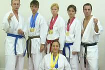 Českobudějovičtí karatisté reprezentovali na Florida Citrus Cupu: zleva M. Hýsek , M. Šulda, M. Hýsková, L. Veithová, M. Hulman, dole D. Faktorová.
