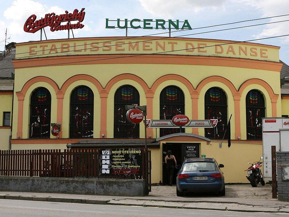 Na českobudějovickém klubu Lucerna visí černý prapor.